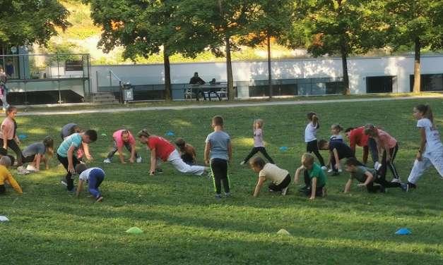 Naši najmlajši bojevniki iz karate kluba Kozjansko in Obsotelje so opravili trening v naravi pred kulturnim domom v Rogaški Slatini.